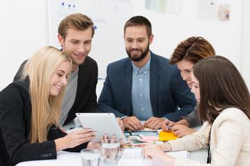 junges team schaut auf tablet