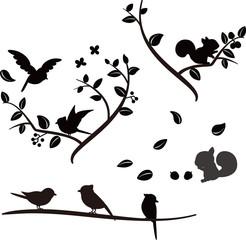 木の上の小鳥とリスのシルエット
