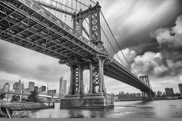 The Manhattan Bridge, New York City. Awesome wideangle upward vi Fototapete