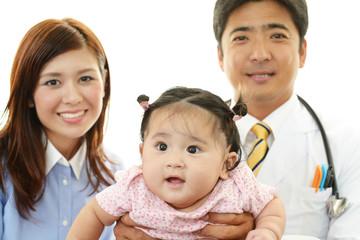 笑顔の医師と親子