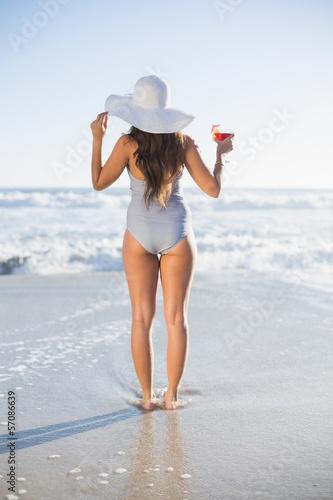 фото девушек в купальниках с зади