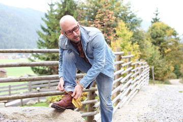 Mann mit festem Schuhwerk