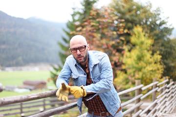 Mann mit Arbeiterhandschuhen