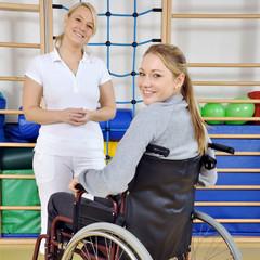 Frau im Rollstuhl bei Physiotherapie