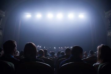 Spectators wait for the start of the concert. Fototapete