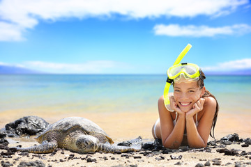 Leinwandbilder - Beach travel woman on Hawaii with sea sea turtle
