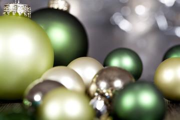 festliche weihnachtsdekoration mit bunten christbaumkugeln