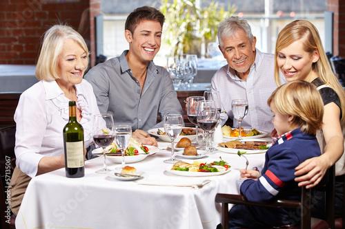 family eating at restaurant - 1000×667