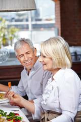 Senioren essen im Pflegeheim