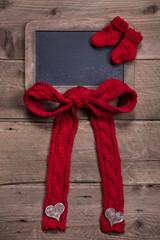 Weihnachtskarte mit alter Schiefertafel und roter Schleife