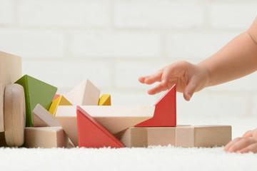積み木で遊ぶ赤ちゃんの手