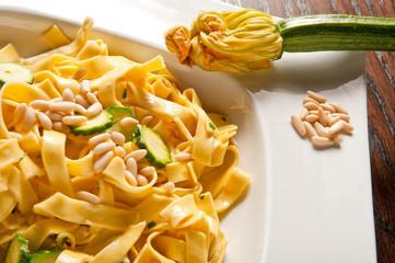 pasta, tagliatelle zucchine, panna e pinoli