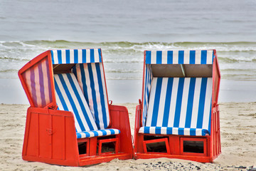zwei Strandkörbe am Meer