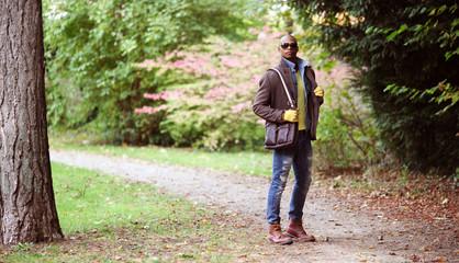 Schicker Mann im Park