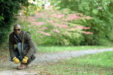 Mann bindet sich die Schuhe