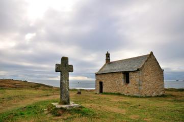 Croix celte et chapelle en bord de mer