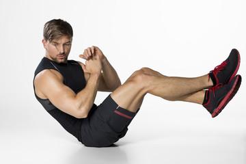 junger Mann beim Krafttraining Sit ups