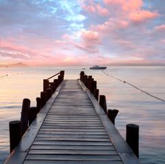 Fototapeta premium stare drewniane molo nad Morzem Śródziemnym