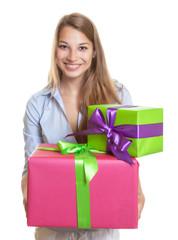 Frau mit zwei Weihnachtsgeschenken