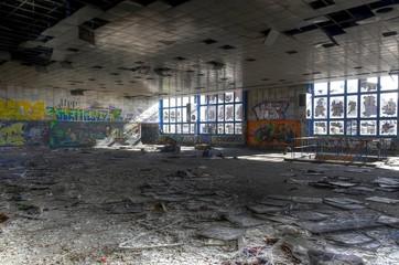 Wall Mural - Zugemüllte Halle