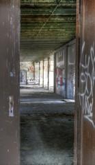 Wall Mural - Blick durch eine Türe in eine verlassene Halle