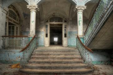 Autocollant pour porte Les vieux bâtiments abandonnés Lobby of the beelitz heilstätten