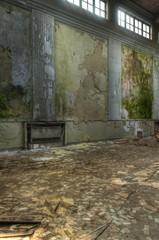 Wall Mural - Verlassene große alte Halle