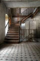 Alte Treppe in einer verlassenen Halle