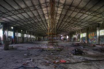 Alte verlassene und zugemüllte Halle