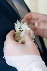 The bride and groom each other pritseplivayut artificial bouquet
