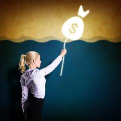junge blonde Frau sichert ihr Geld