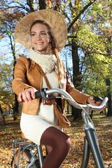kobieta na  jesiennej wycieczce rowerowej