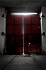 Keuken foto achterwand Smal steegje red metal gate a in factory