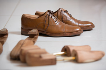 Men's shoes and shoe stratchers