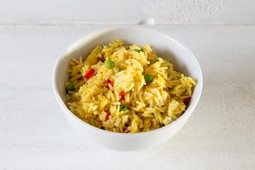 Curryreis in einer Schale