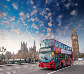 Foto auf Acrylglas London roten bus London, UK. City street scene