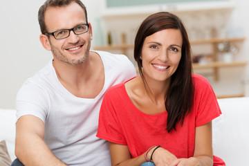glückliches paar in der wohnung