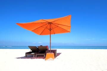 Wall Mural - Plage - Parasol orange