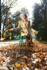 radosna jesienna kobieta