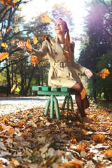 kobieta w jesiennych barwach