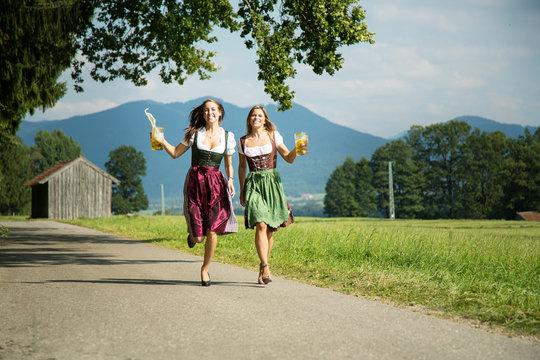 hübsche Frauen beim Wandern