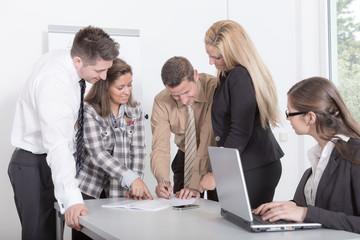 Dynamisches Team im Büro