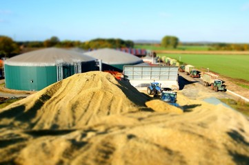 Fototapete - Biogasanlage, Maissilage, Miniatur