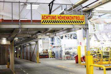 Warnschilder in der Fabrik