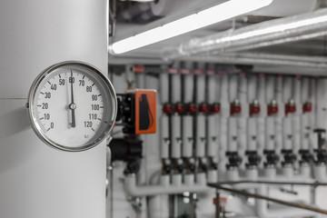 analoge Temperaturanzeige am Heiss-Wasserrohr