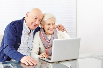 Wall Mural - Senioren beim Online Shooping am Computer