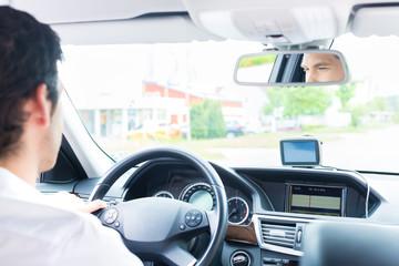 Ein junger Taxifahrer fährt ein Taxi