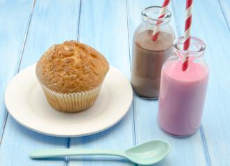 Fototapete - Muffins y leche con chocolate y fresa