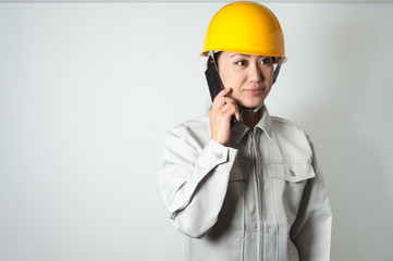 作業着を着て仕事をする女性