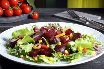 insalata di barbabietola rossa sfondo verde